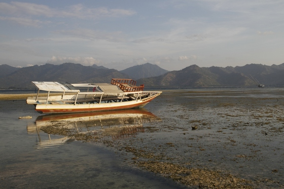 Gili Air: Boat with reflection